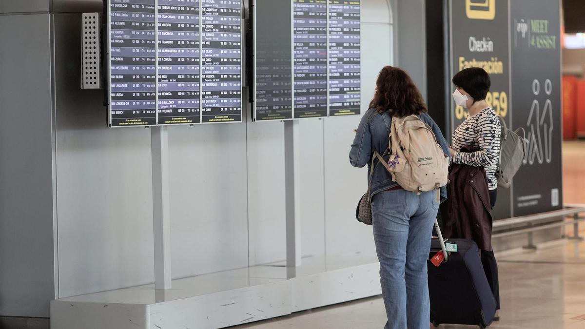 Dos viajeras en el aeropuerto de Barajas.