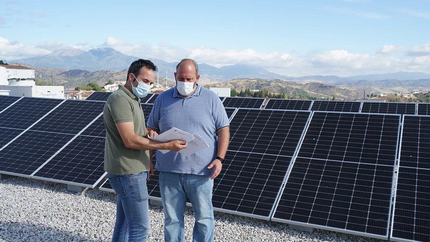 Coín instala 20 placas solares en Servicios Sociales que permitirán un ahorro del 70%