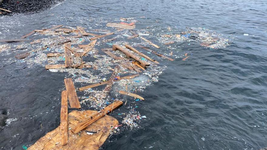 Plásticos y basura en la costa de Alegranza