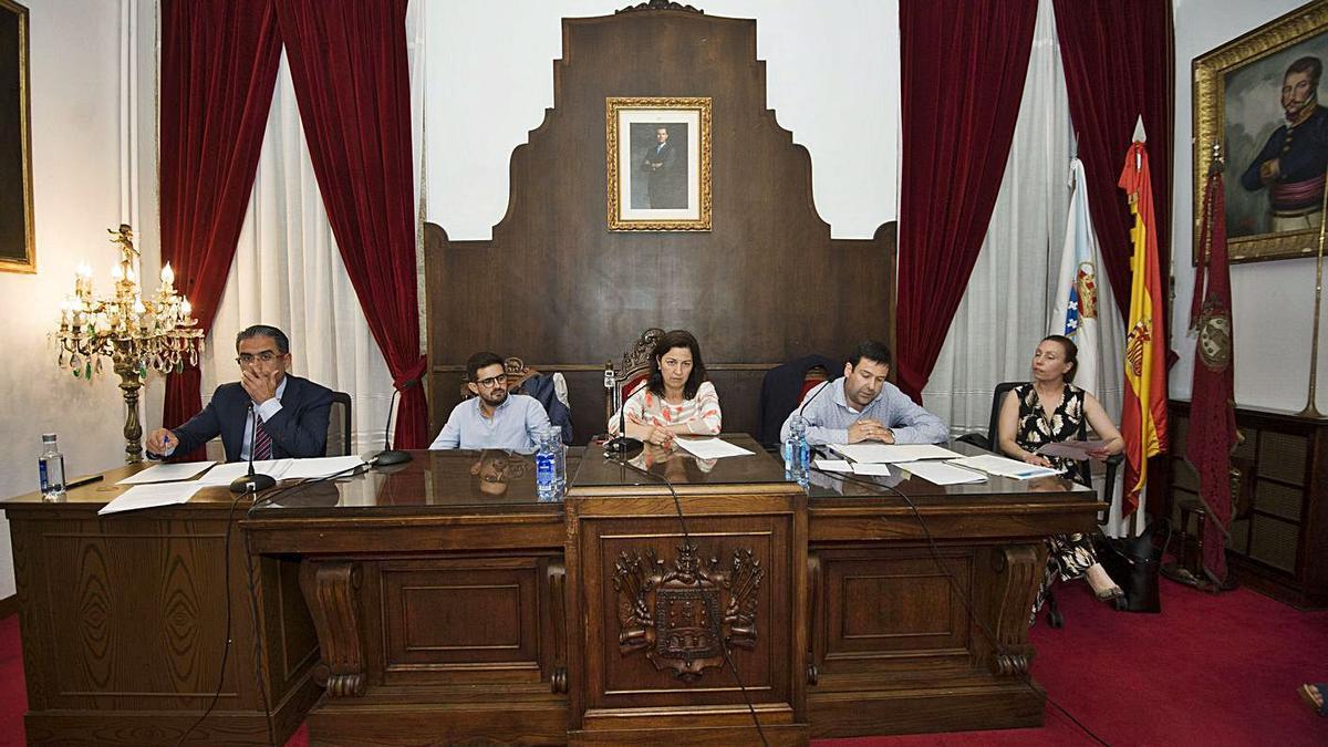 La alcaldesa, dos ediles del Gobierno local y los habilitados nacionales en un pleno.     // CASTELEIRO / ROLLER AGENCIA.