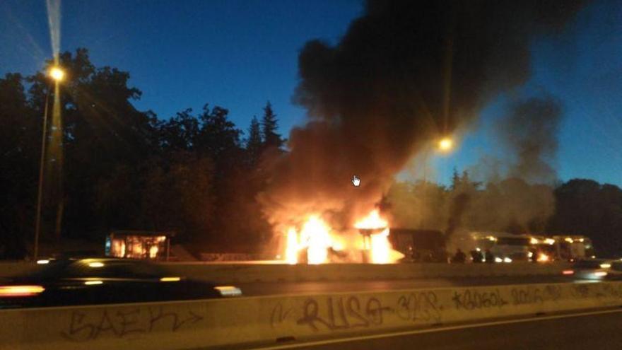 Arde un autobús interurbano en el carril Bus-VAO de la A-6 cerca de Moncloa