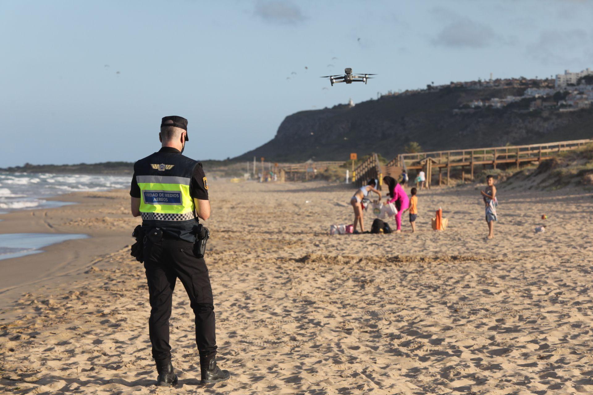 La policía desaloja la playa de Arenales en la noche de San Juan