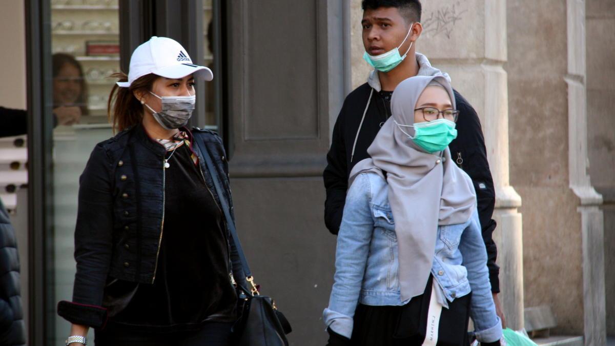 Ciutadans passejant amb mascaretes.