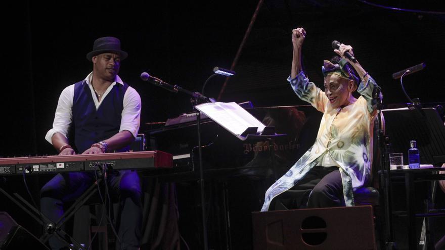 La diva del Buena Vista Social Club llena el Principal de alegría y el arte cubano