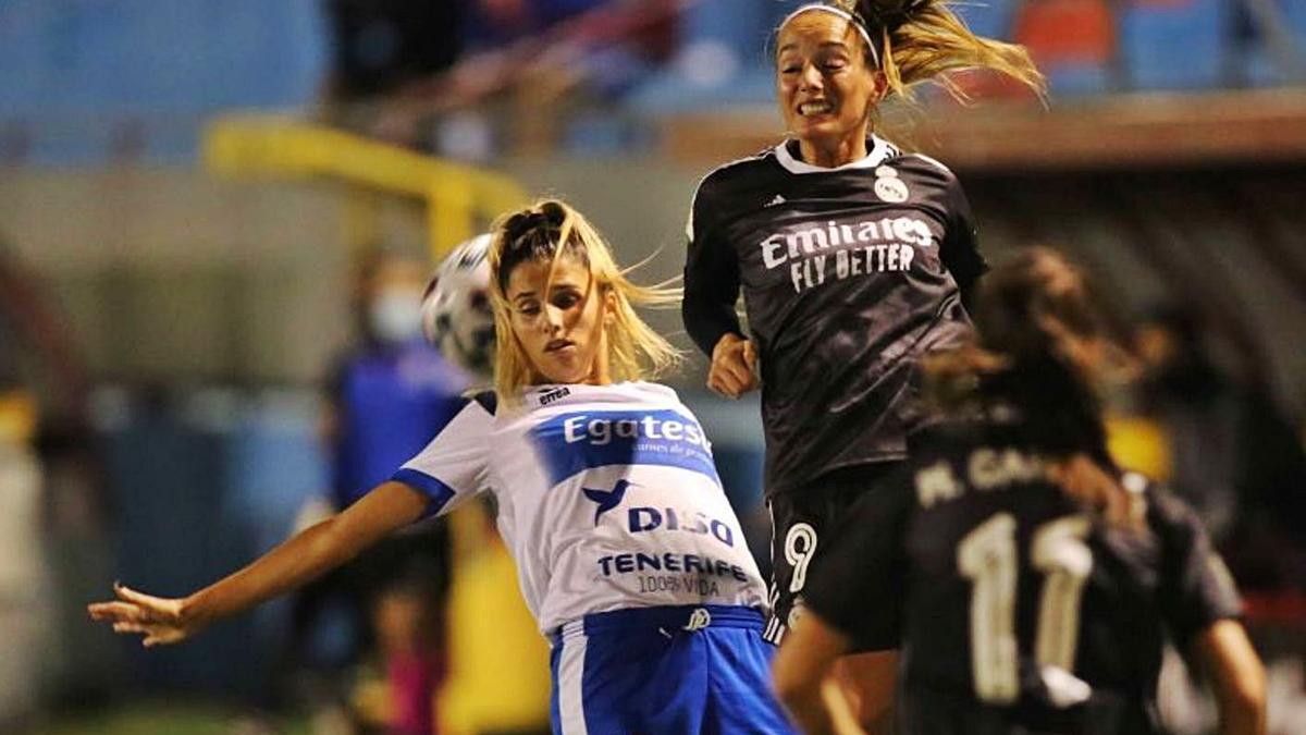 Natalia Ramos disputa la pelota a Asllani, la goleadora sueca del equipo madridista y de la Liga.     LALIGA