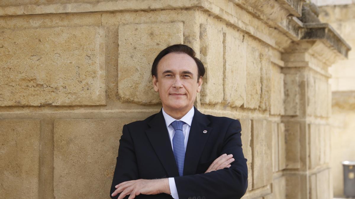 José Carlos Gómez Villamandos, rector de la UCO, posa junto a la Mezquita-Catedral.