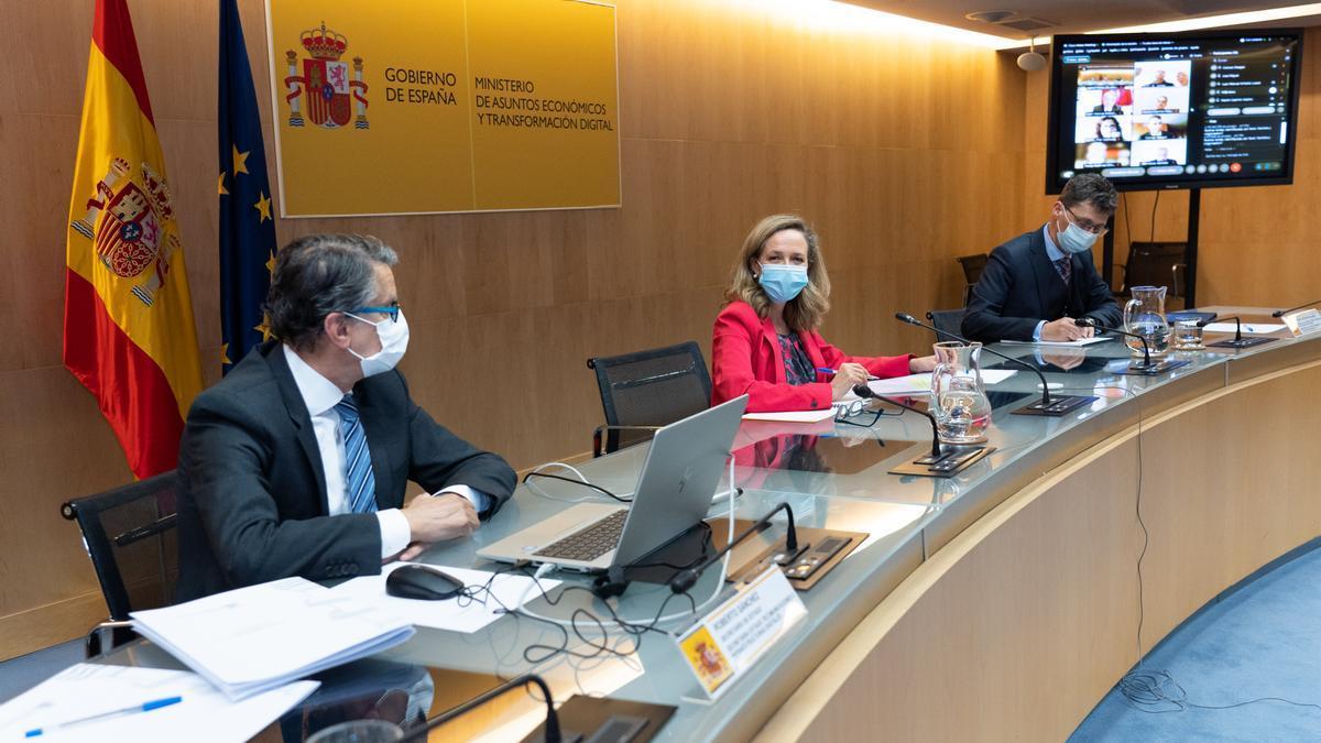 El secretario de Telecomunicaciones e Infraestructuras Digitales, Roberto Sánchez (i), junto a la vicepresidenta segunda y ministra de Asuntos Económicos, Nadia Calviño.