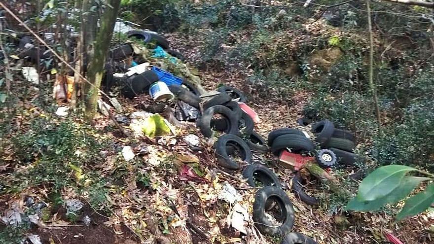 Vertidos de neumáticos contaminan los montes de O Rosal
