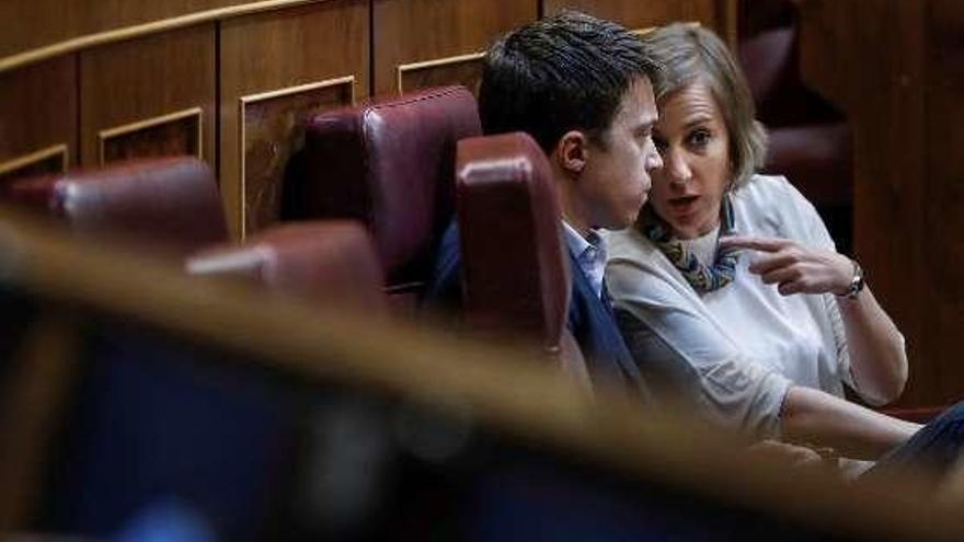 Tania Sánchez, reñida por comer una manzana en el Congreso