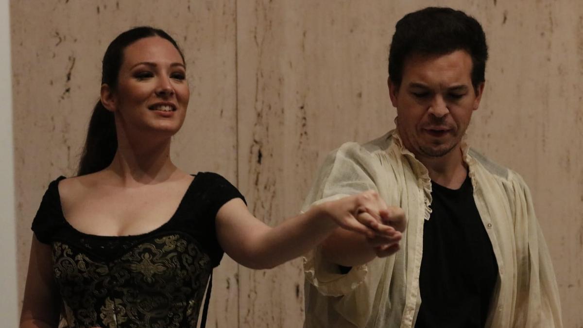 Dos actores representan las 'Verxxiones del amor', este jueves, que se trasladó al Ateneo por la previsión de lluvia.