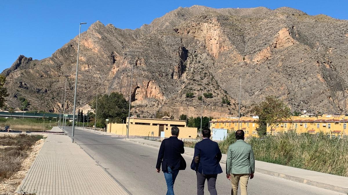 Martínez, Ruz y Sánchez han visitado varias casas okupadas en la urbanización La Monsina