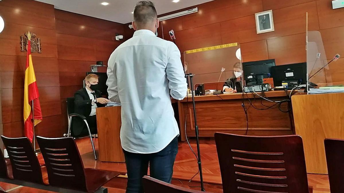 El joven imputado testifica en el juicio celebrado ayer en el Juzgado de lo Penal.      S. A.