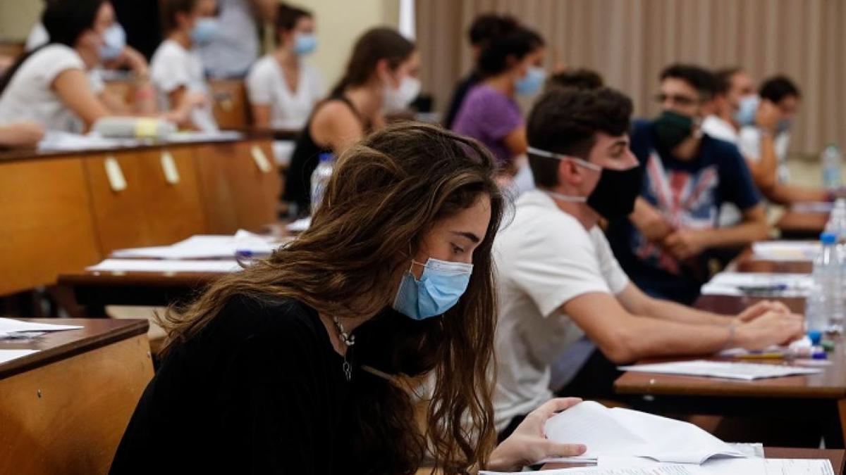 Alumnos en mitad de una clase en la Universidad de Murcia.