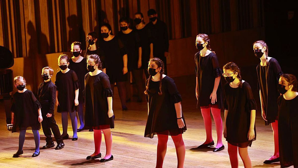 """La formación de los """"Peques del León de Oro"""", en un momento de su actuación, ayer, en el Auditorio Príncipe Felipe, de Oviedo.   Irma Collín"""