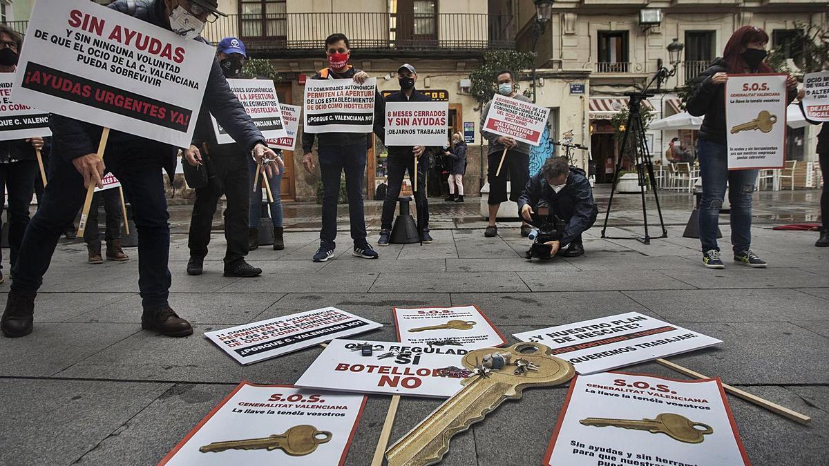 Imagen de archivo de una protesta de los empresarios del ocio nocturno ante el Palau de la Generalitat. | GERMÁN CABALLERO