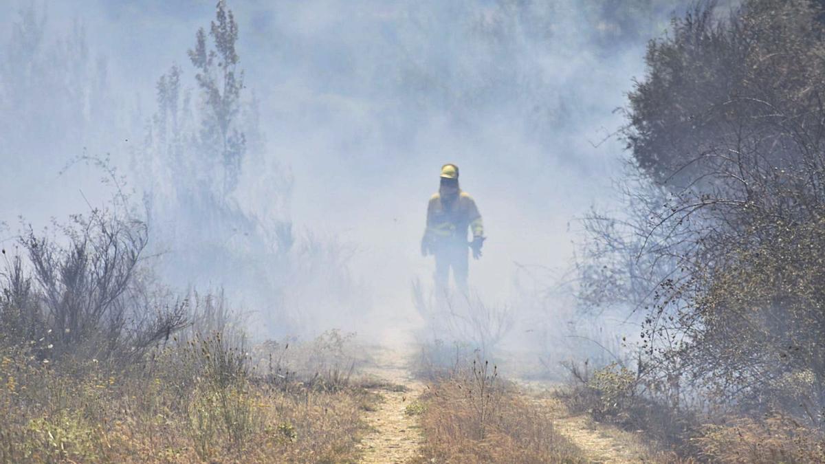 Bombero durante los trabajos de extinción de las llamas en Santa Croya de Tera. | Jorge Vega