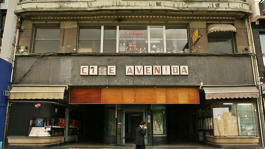 La rehabilitación del edificio del cine Avenida deberá conservar los escaparates curvos