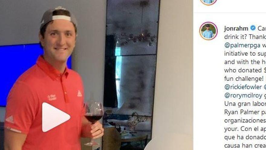Jon Rahm emboca un 'putt' con una copa de vino