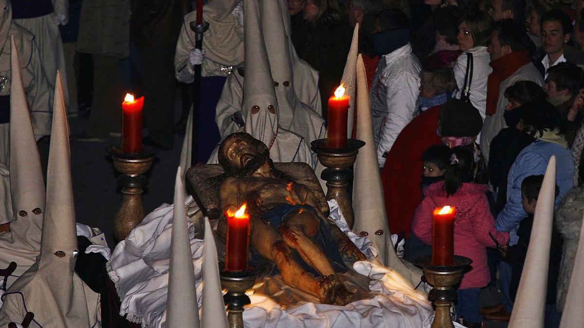 El Yacente pasa por la plaza de Viriato, donde se canta el Miserere la noche del Jueves al Viernes Santo.