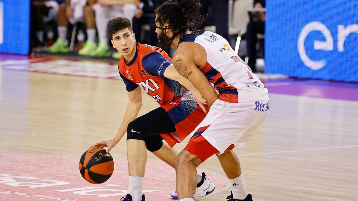 Marc Peñarroya bota el balón durante un partido con el Baxi Manresa.