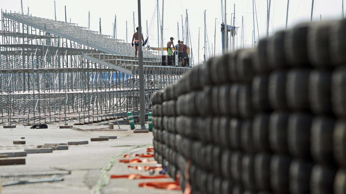 Operarios trabajan en el desmontaje de las gradas del circuito urbano de València.