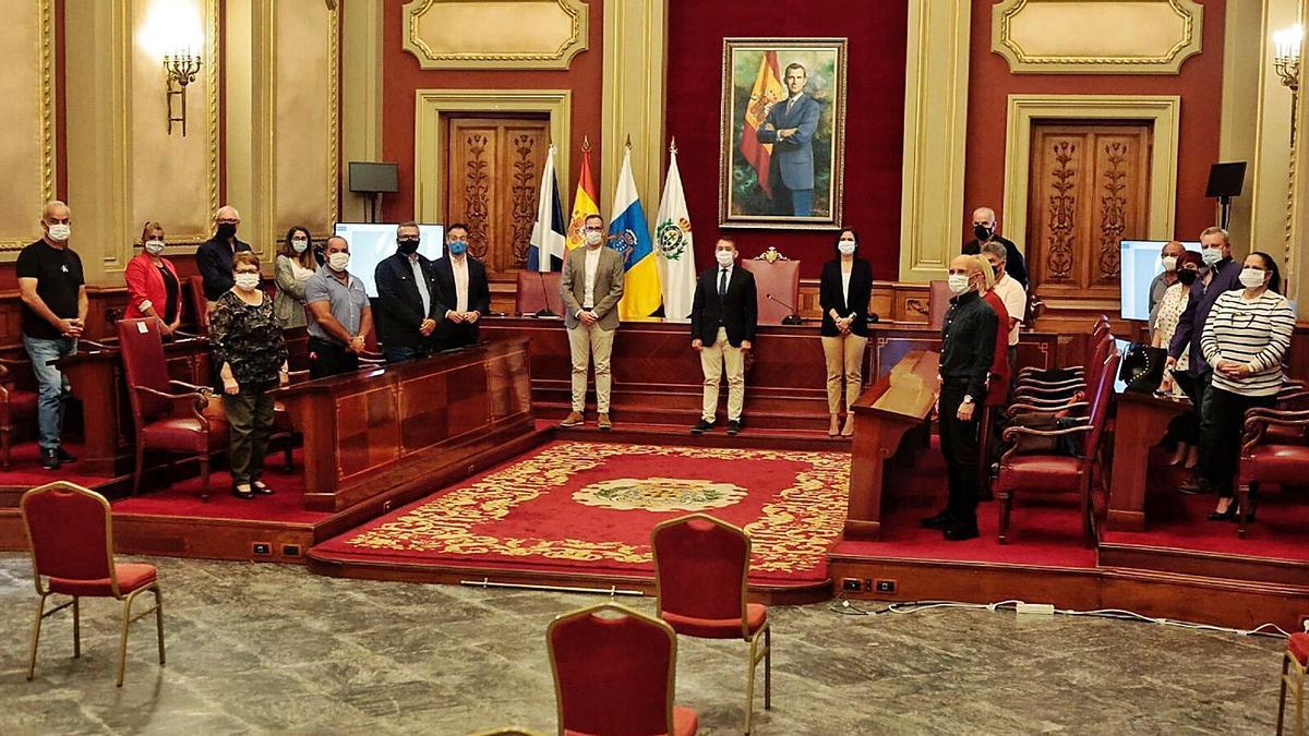 Fotografía de familia de los representantes de las catorce asociaciones de vecinos y las autoridades locales.     MARÍA PISACA