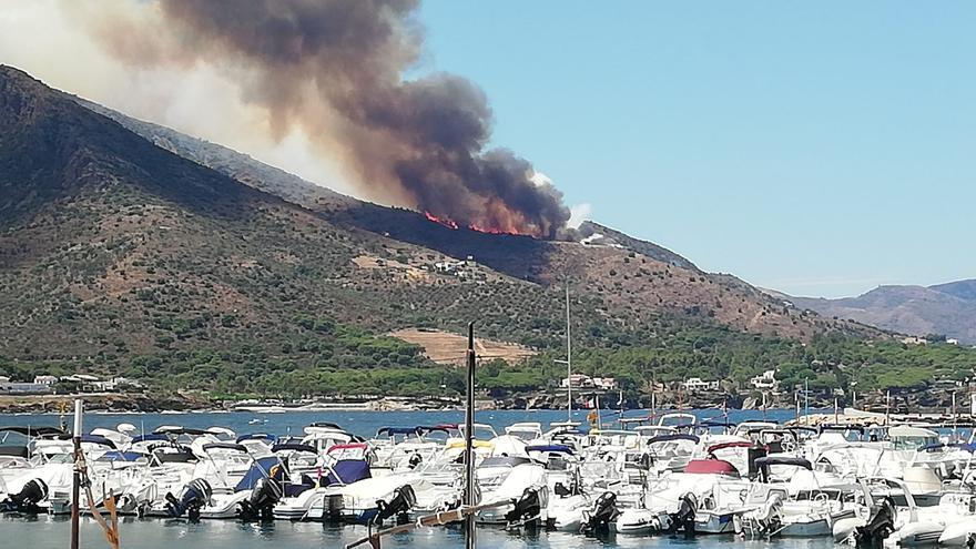 Imatges de l'incendi forestal a Llançà