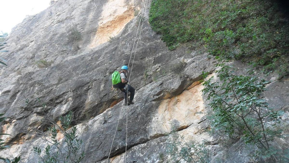 Un escalador se descuelga en el Barranco de Ortiz