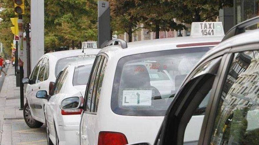 Varios taxis aparcados en Zaragoza.