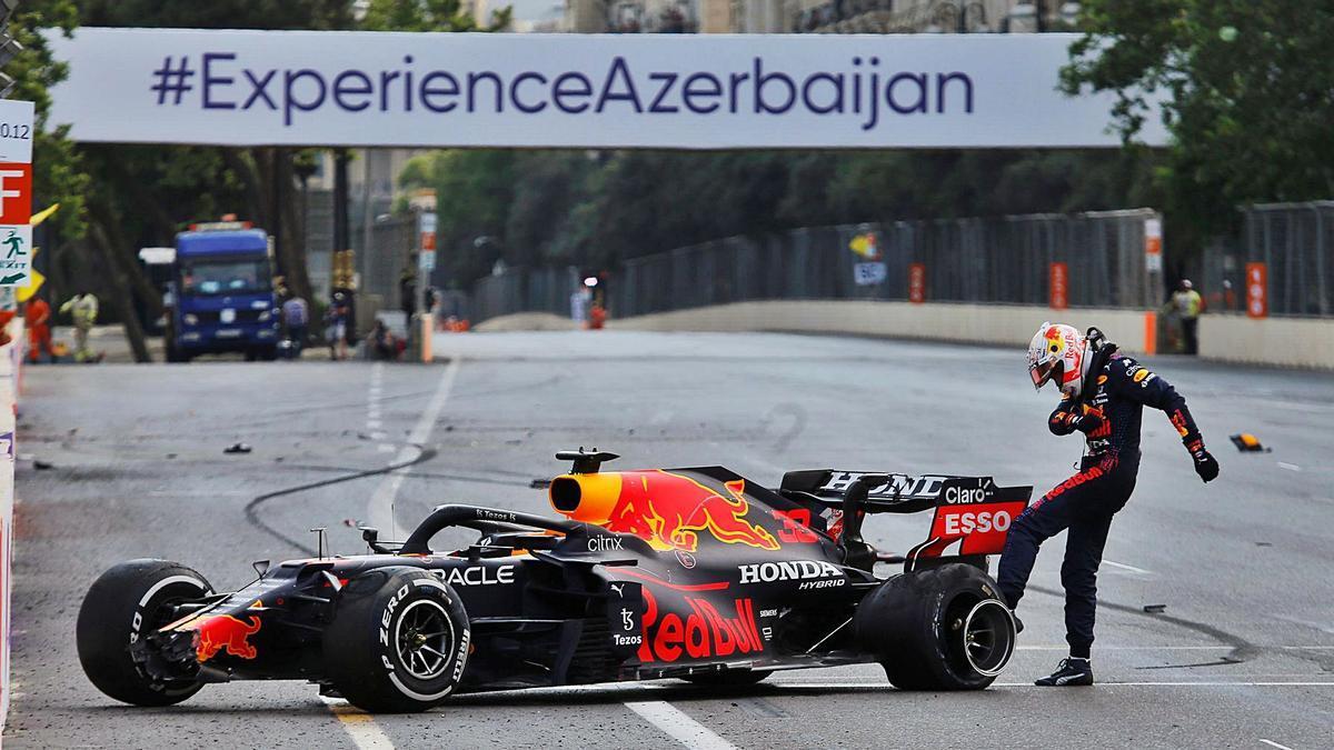 Verstappen patea la rueda de su coche después de quedar fuera de carrera. // ANTON VAGANOV