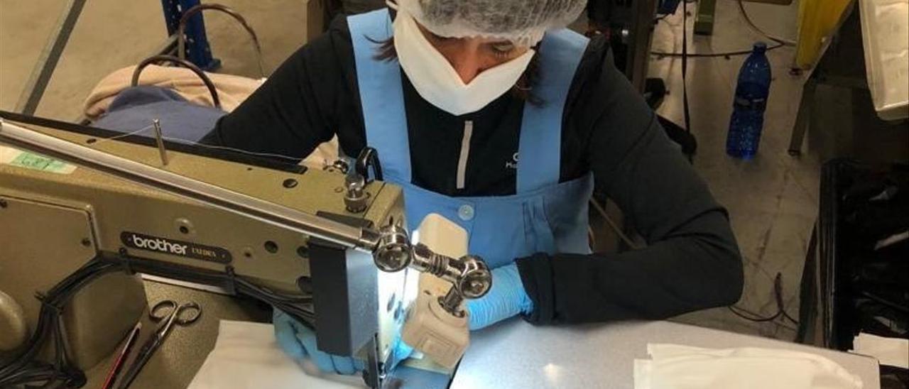 La empresa se adaptó a la fabricación de mascarillas y batas para personal sanitario.