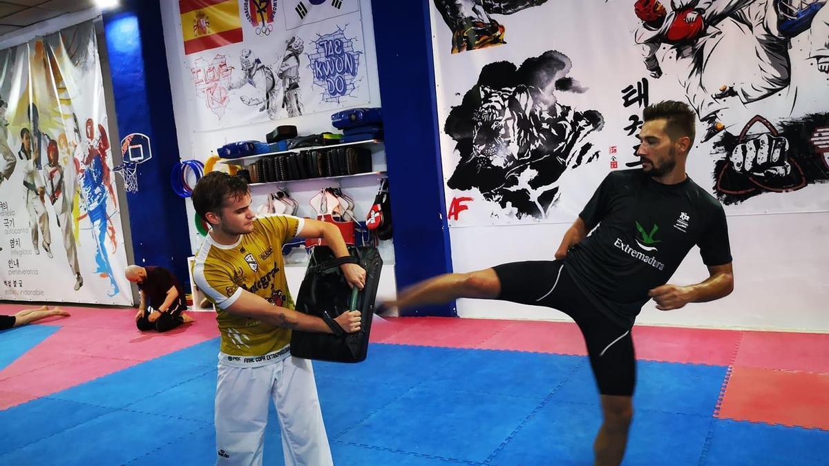 Gabriel Amado, a la derecha, en su gimnasio.