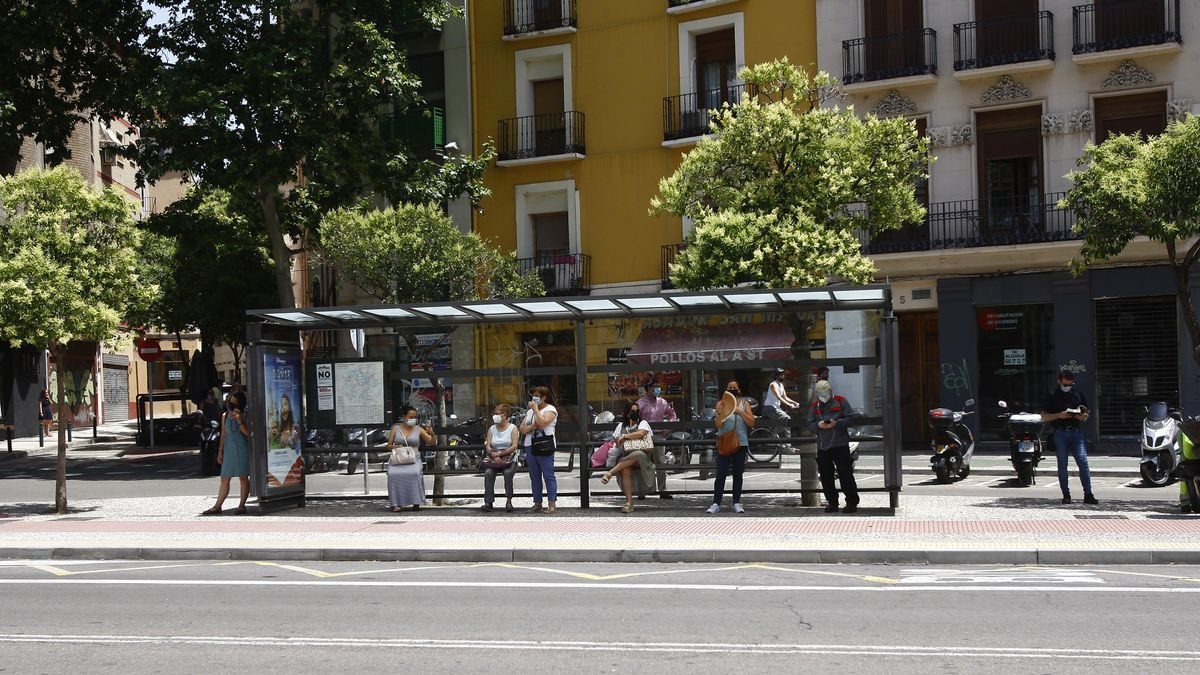 Varios usuarios esperando al bus durante las horas de paros, este martes, en Zaragoza.
