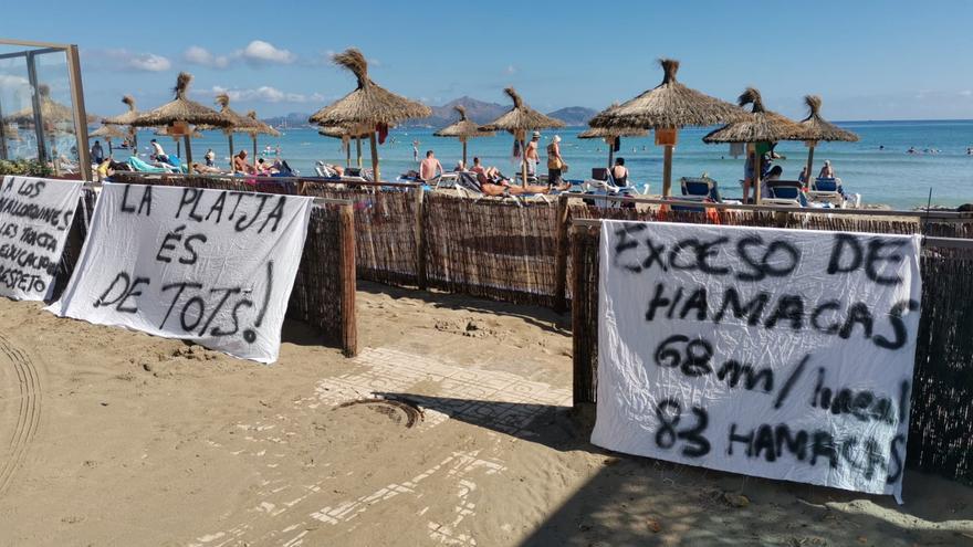"""Bañistas de Can Picafort colocan pancartas contra la sobreocupación de hamacas: """"La playa es de todos"""""""