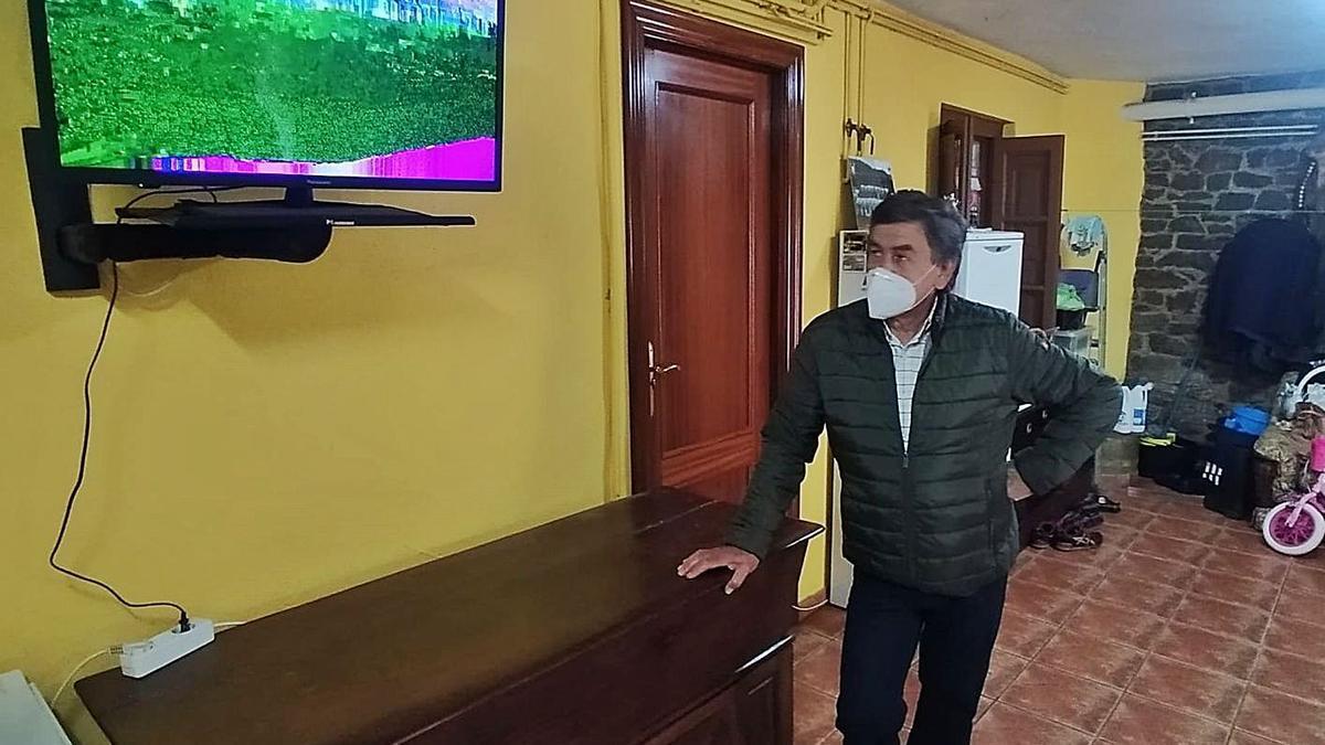 José Álvarez muestra cómo llega la imagen de televisión a su casa. | D. M.
