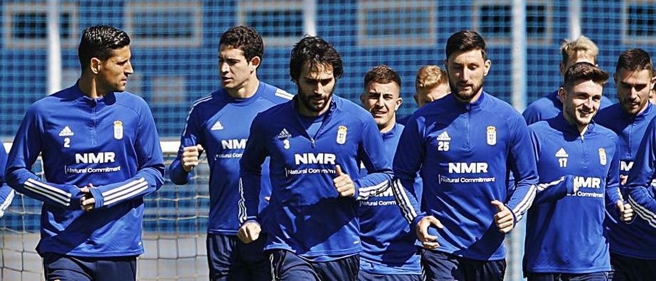 Los jugadores del Oviedo corren durante un entrenamiento de esta semana en El Requexón. |