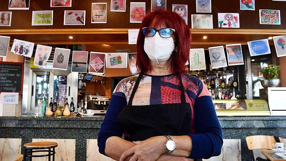 La propietaria del Bar Begoña, Ana La Parra, junto a la exposición de su local.
