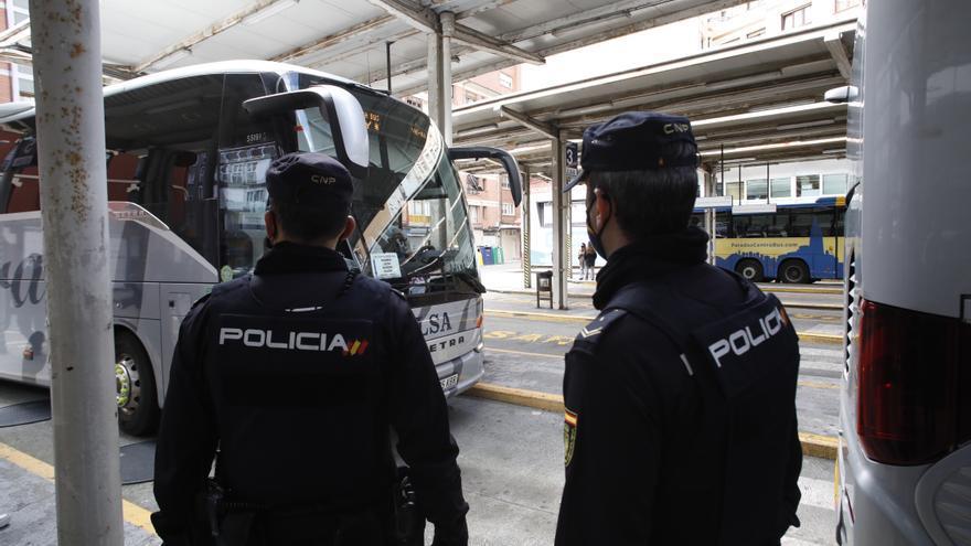 Cuatro jóvenes multados en La Calzada por hacer grafitis mientras bebían ron