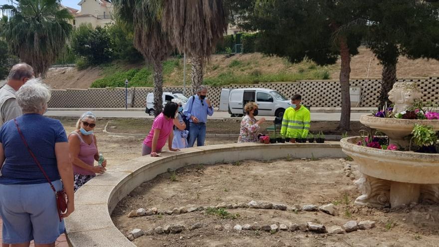 Vecinos de una urbanización de Orihuela Costa decoran con plantas su abandonado parque municipal