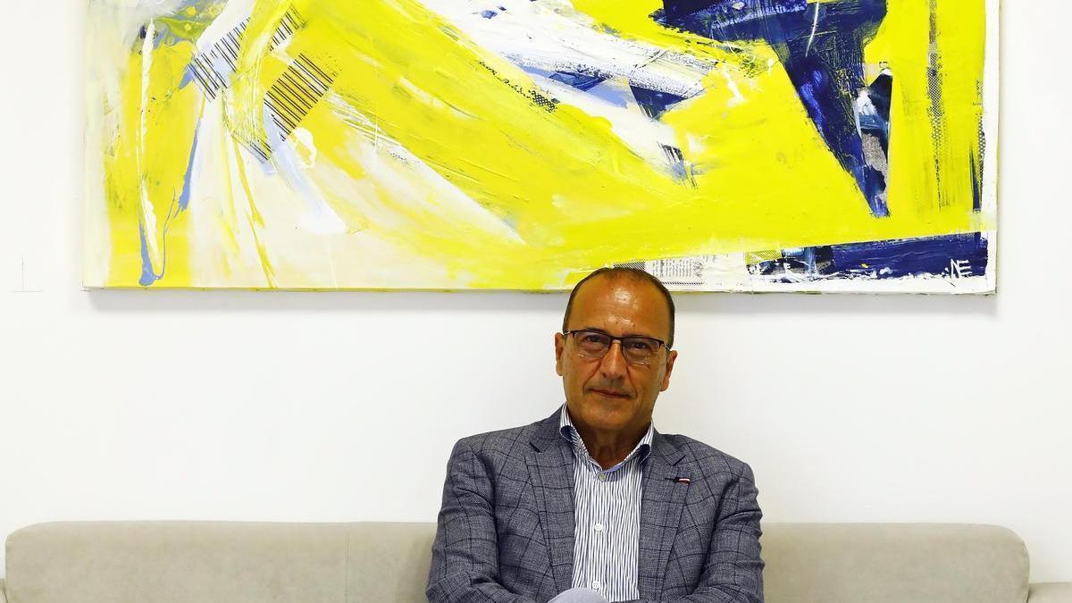 El consejero de Educación, Felipe Faci, en la antesala de su despacho, en el departamento.