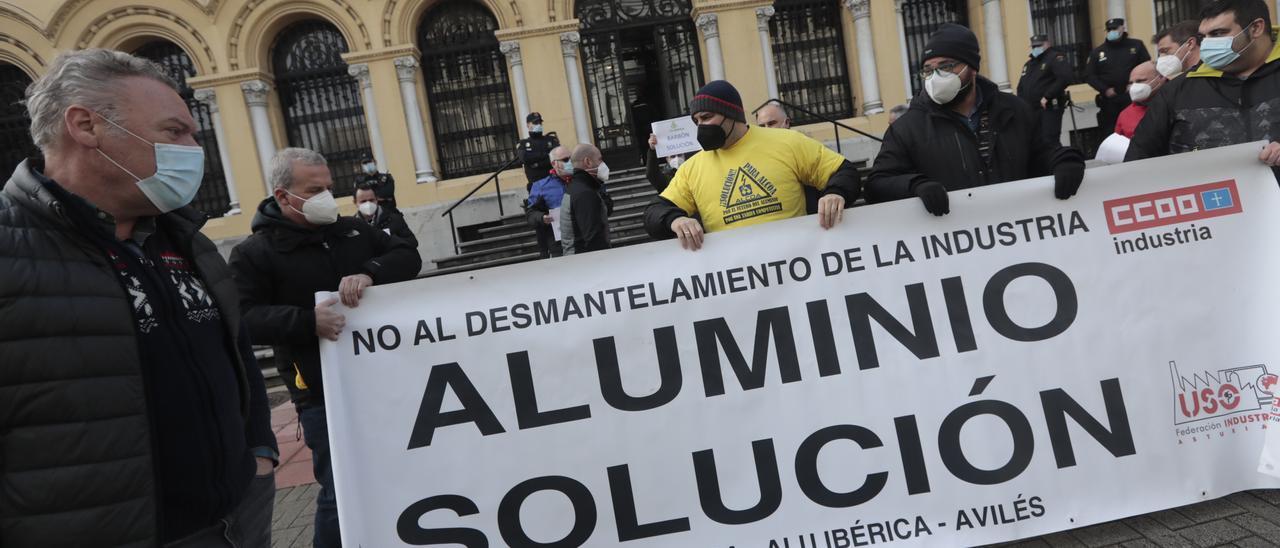 Trabajadores de Alu Ibérica delante del palacio de la Presidencia del Principado