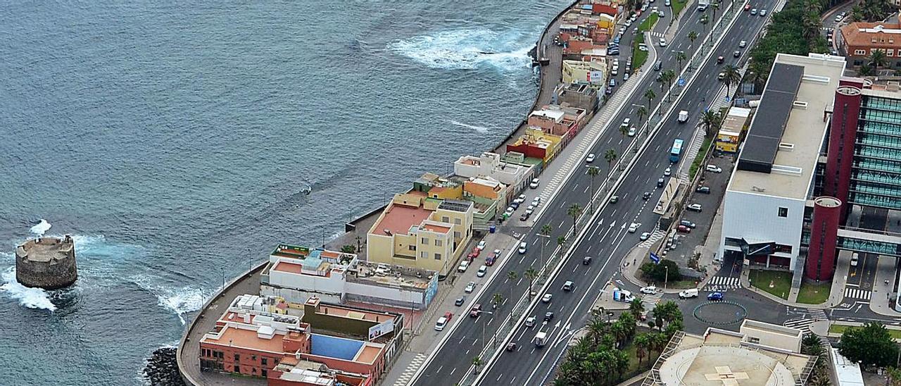Vista del complejo hospitalario Materno-Insular y al fondo el barrio marinero de San Cristóbal.     LP/DLP