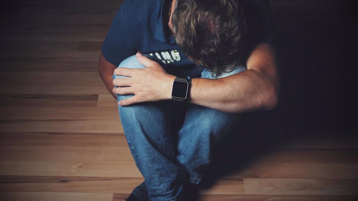 Un hombre con depresión