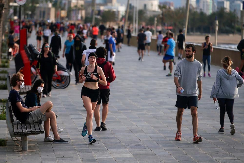 Miles de españoles salen por primera vez, desde ...