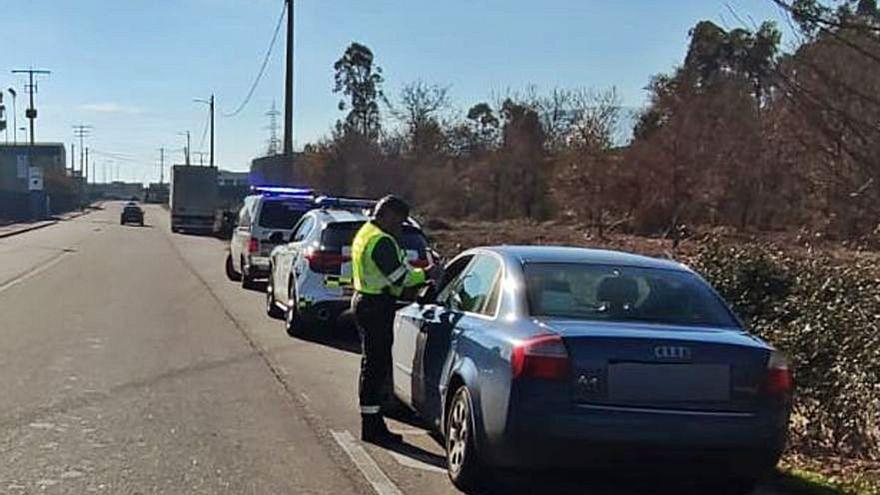 Aparece la Guardia Civil en su casa por ir a más de 140 km/h en un tramo de 50 en Ponteareas