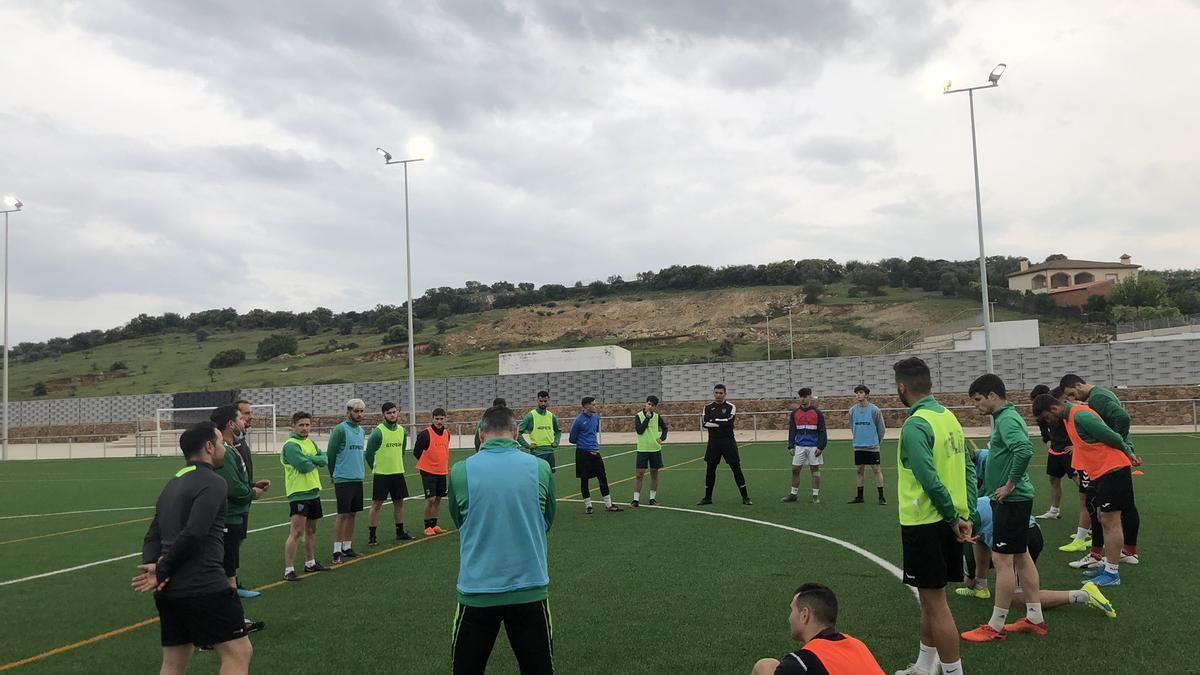 Jugadores del Valverdeño, con su técnico esta semana.