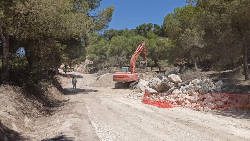 Obras en la pista forestal del camino del Estrecho en la Sierra de Benejúzar. Los vecinos reclaman que no se asfalte
