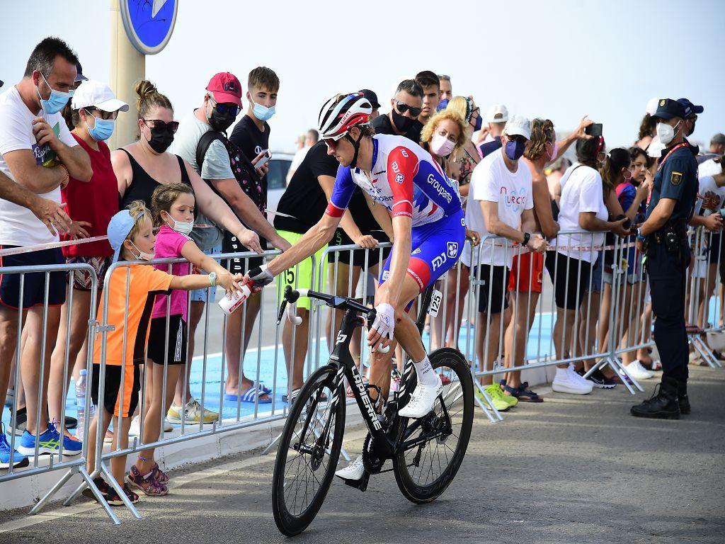 La indignación por el Mar Menor sale a la calle al paso de la Vuelta ciclista