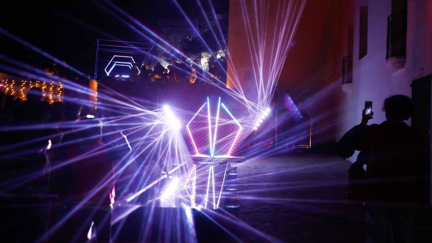 Noche de apoteosis del láser y el neón en Ibiza