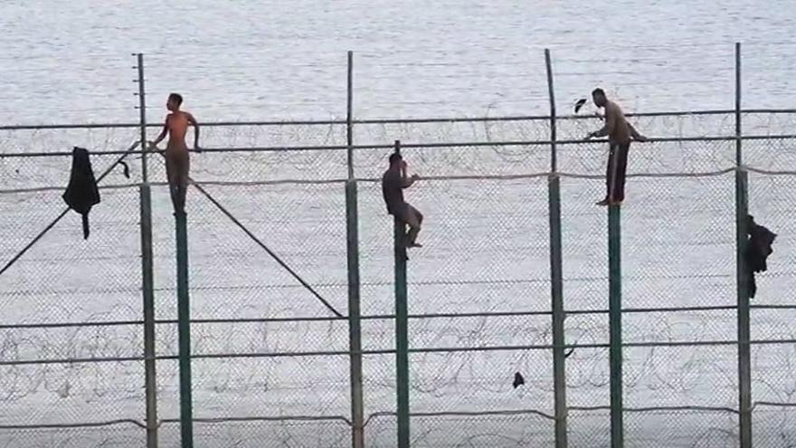 Más de 300 subsaharianos entran a Melilla saltando la valla